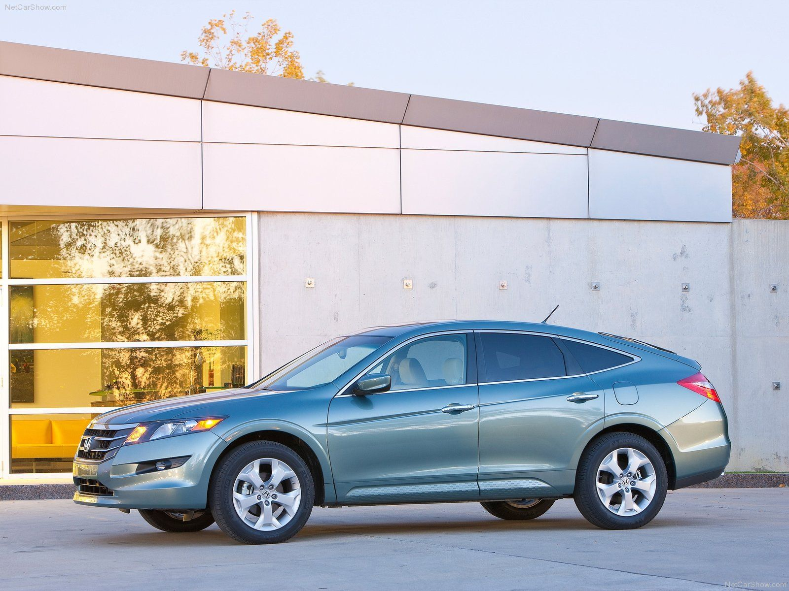 The Honda Crosstour Hatchback. Long, lean, and ready to rock.