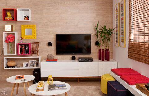 Sala linda e com elementos coloridos.