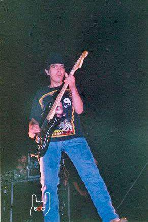 Ninyin durant el concert de Roses del 18 d'agost de 2001.