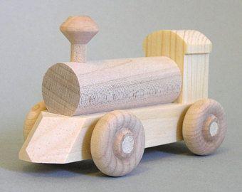 """Hölzerne Spielzeugeisenbahn. Das besondere """"No Paint"""". Set natürliche hölzerne Serien, die die Umwelt respektieren"""