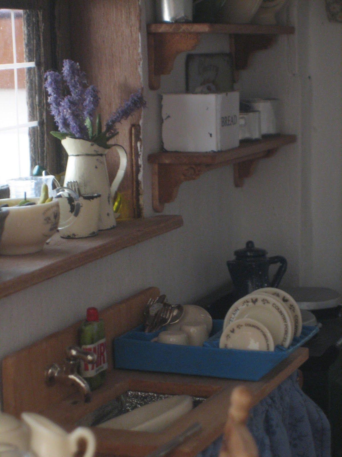 Piglettonin keittiössä alkaa olla valmista. Tein hellan yläpuolelle kaksi hyllyä. Verhotkin sain ikkunaan pienen tappelun jälkeen. Pieni...