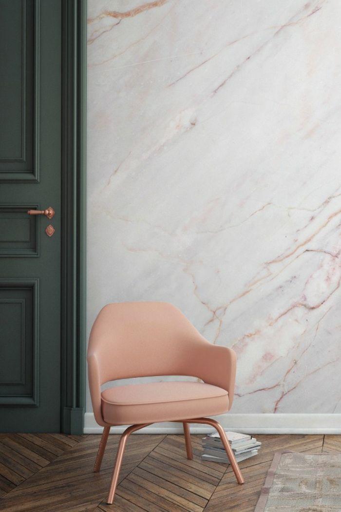 Lederstuhl in Apricot, Wandgestaltung in Marmor-Optik, dunkelgrüne