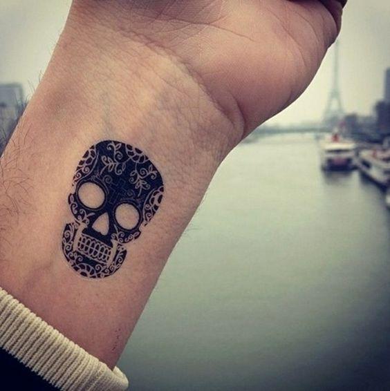 Handgelenk Tattoo Totenkopf Bilder Beispiele Männer Tattoo S
