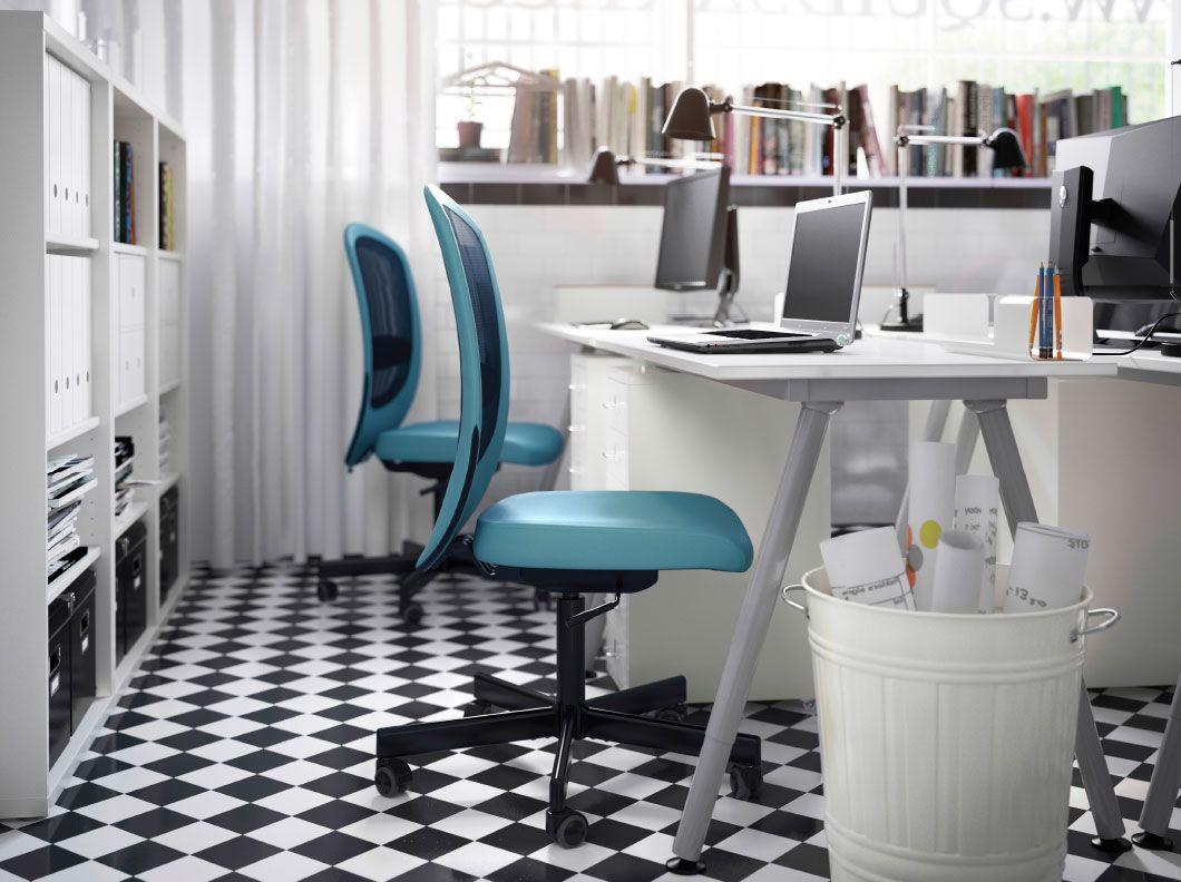 Petit espace de travail avec bureaux caissons à tiroirs et étagères