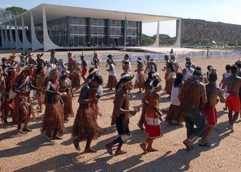 Original: Brasília - Índios fora do Supremo Tribunal Federal (STF) durante julgamento de ação em que a Fundação Nacional do Índio (Funai) pede que sejam declarados nulos os títulos de propriedade sobre imóveis rurais na Terra Indígena Caramuru-Paraguaçu, na Bahia.