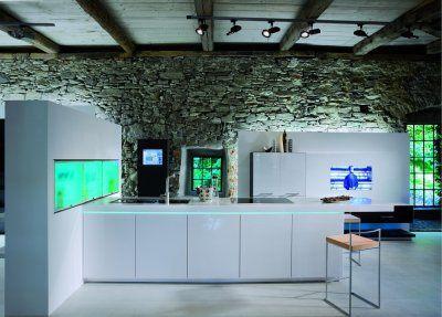 Küche hochglanz weiß mit TV, http://www.kuechen-atlas.de ...
