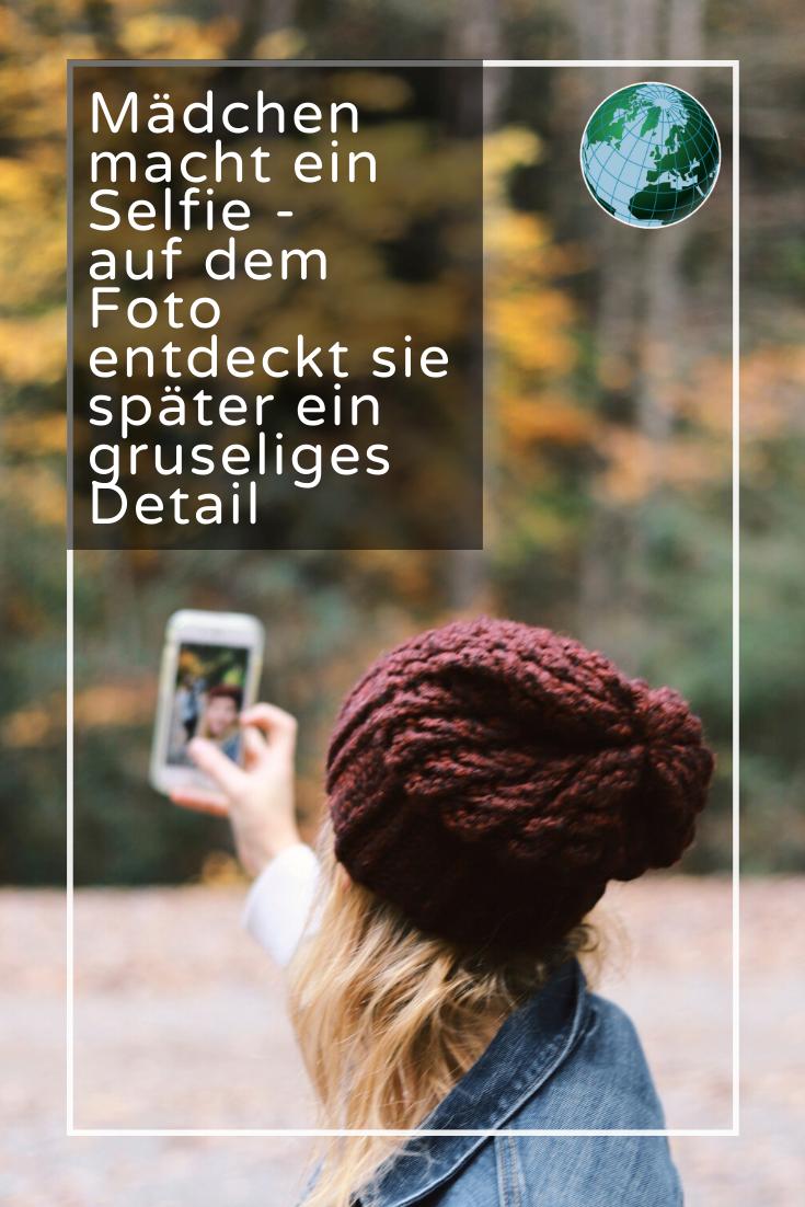 Mädchen macht ein Selfie - auf dem Foto entdeckt sie ein