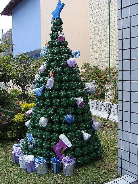 Dez2008 rvore de natal de materiais reciclados pet art for Adornos navidenos 2017 trackid sp 006