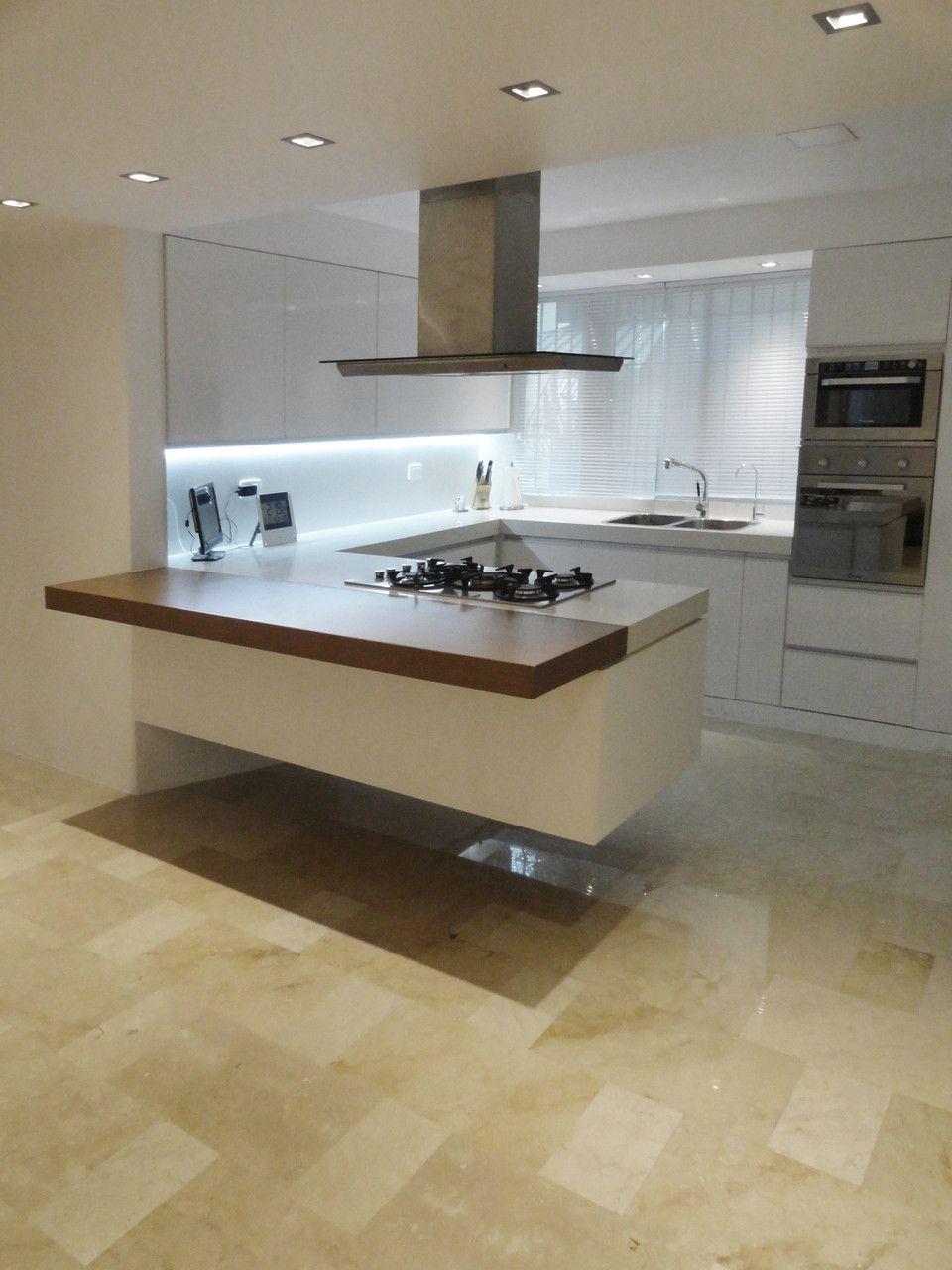 Cocina flotante en remodelaci n de apartamento en cumbre for Cocinas whirlpool modelos