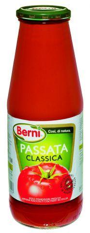 Una botella y un medio de salsa de tomate para preparar la salsa.