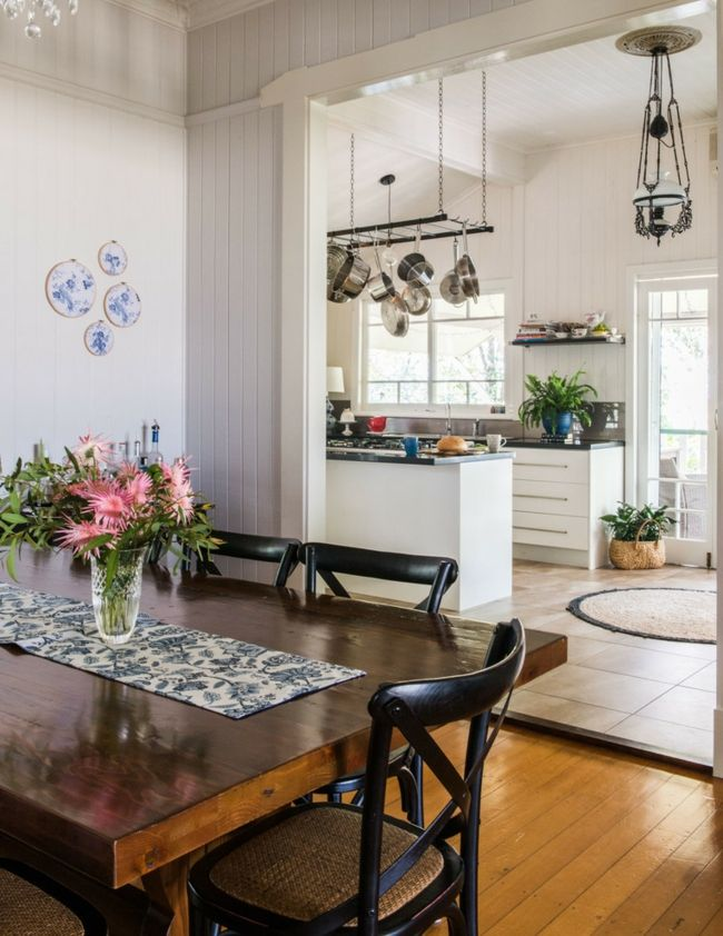 gem tliches esszimmer modern gestaltet direkt mit der k che verbunden wanddeko blumen vase auf. Black Bedroom Furniture Sets. Home Design Ideas