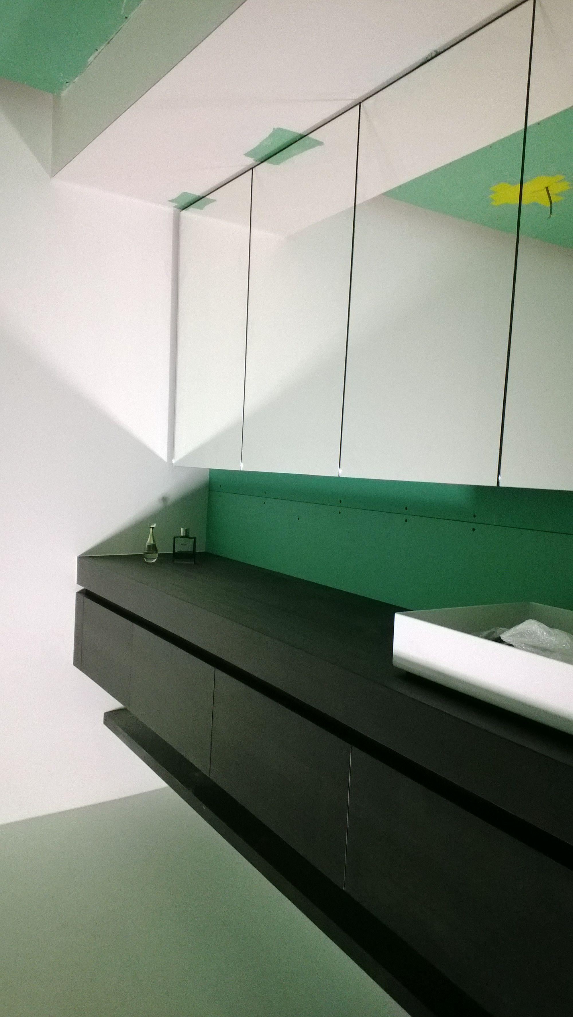 zwevend badkamermeubel met bank eronder meubel bestaat uit laden