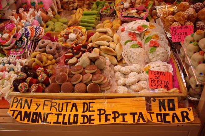 En honra de espíritus de niños, las personas comen los dulces y comedia blanda.