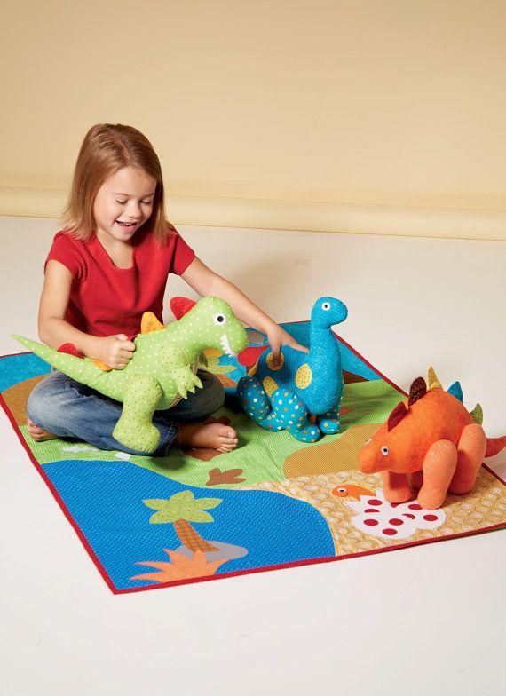 PATRON COUTURE dinosaures pour les jouets en peluche et appliques couette  NOUVELLE VERSION de MODÈLE de la ligne de début de printemps McCalls 2017  N'importe quel enfant aimerait cet ensemble de grand jeu de trois dinosaures adorables et un tapis de jeu amusant  Patron de couture pour  Peluches A, B, C ont des pointes, des bras et jambes en contraste. Tous les jouets ont dispose d'appliques et petits boutons pour les élèves. Couette D a bandes de contraste et de liaison, appliqués.   CE…