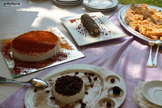 http://www.lemienozze.it/gallerie/torte-nuziali-foto/img23771.html Tavolo della torta nuziale con altri dolci per il matrimonio
