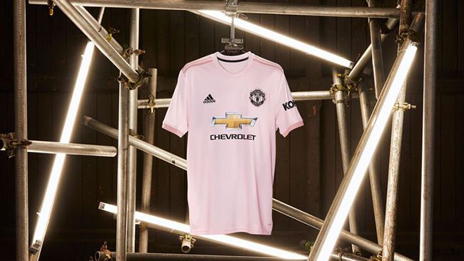6438a0307f7d Manchester United launch new pink 2018 19 away kit