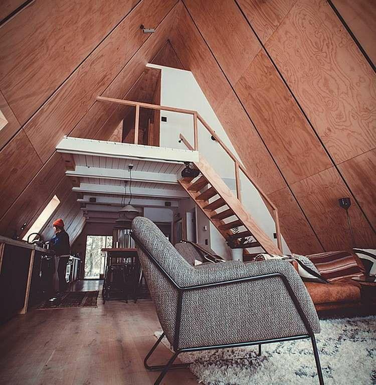 inneneinrichtung moderne finnhütte spitzdach treppe holzverkleidung - inneneinrichtung