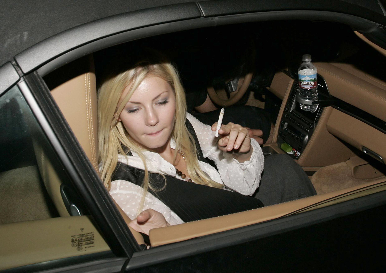 Elisha Cuthbert aan het roken
