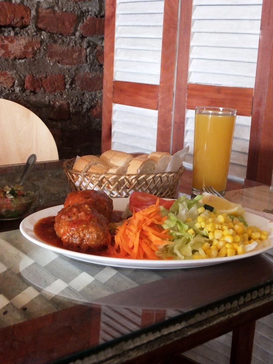 Albondigas en salsa con ensalada! (Este y muchos platos fondos más puedes comer en nuestro café Triana en Providencia en Santiago de Chile!!)