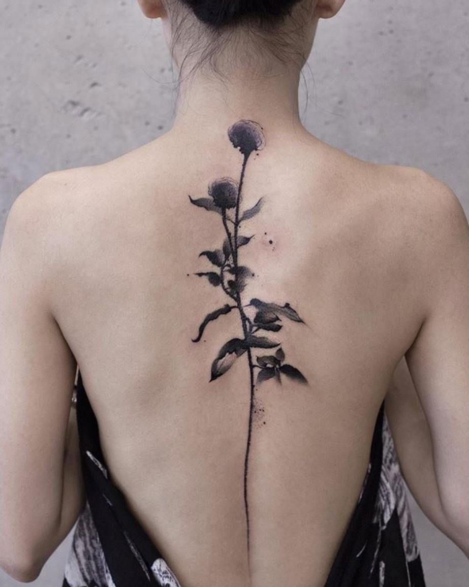 Hermoso tatuaje de una rosa en la espalda para munjer
