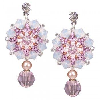 Romantische handgearbeitete Perlenblüten für die Braut! ♥ Beautiful handcrafted bridal earrings ♥ Gefunden auf www.perlotte.de | Perlotte Schmuck