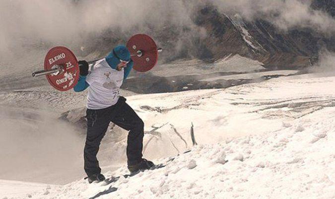 Nga: Lực sĩ vác tạ 75kg chinh phục đỉnh Elbrus trong 8 ngày liền
