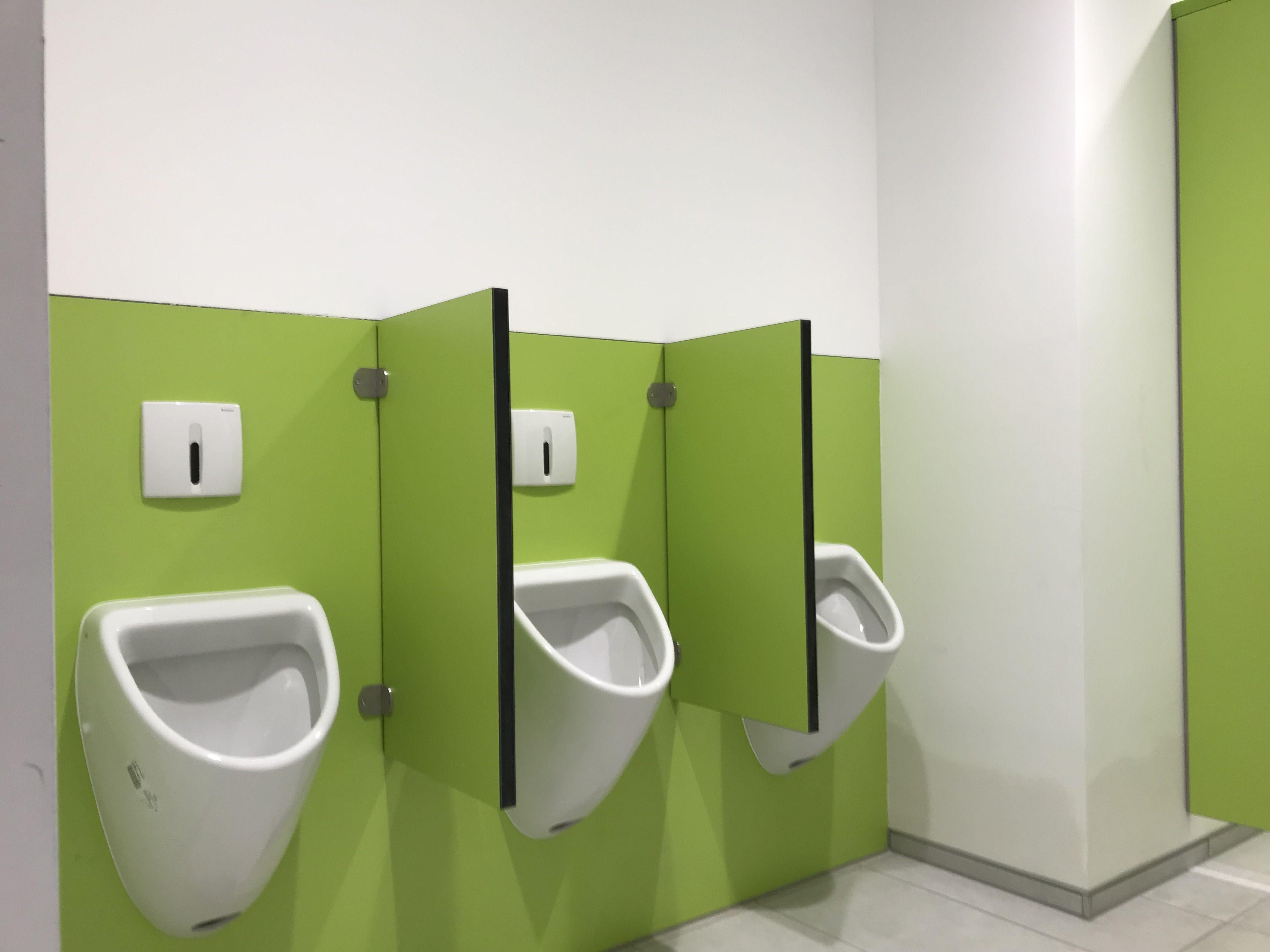 Urinalbereich Mit Schamwand Und Farblich Passender Hpl Wandverkleidung Urinale Verwaltungsgebaude Wandverkleidung