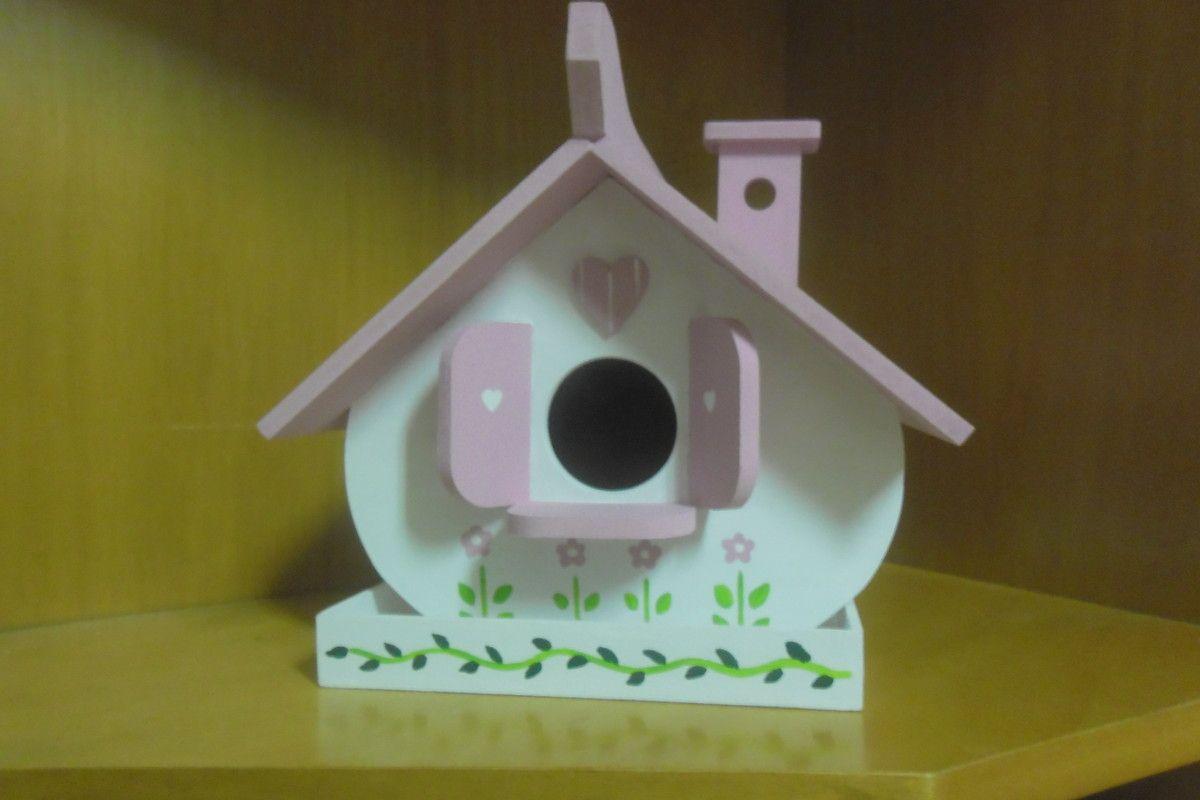 Casinha de passarinho arredondada, com janelinha e chamin�. � apoiada em uma base para se colocar alpiste. Pode ser feita em outras cores.
