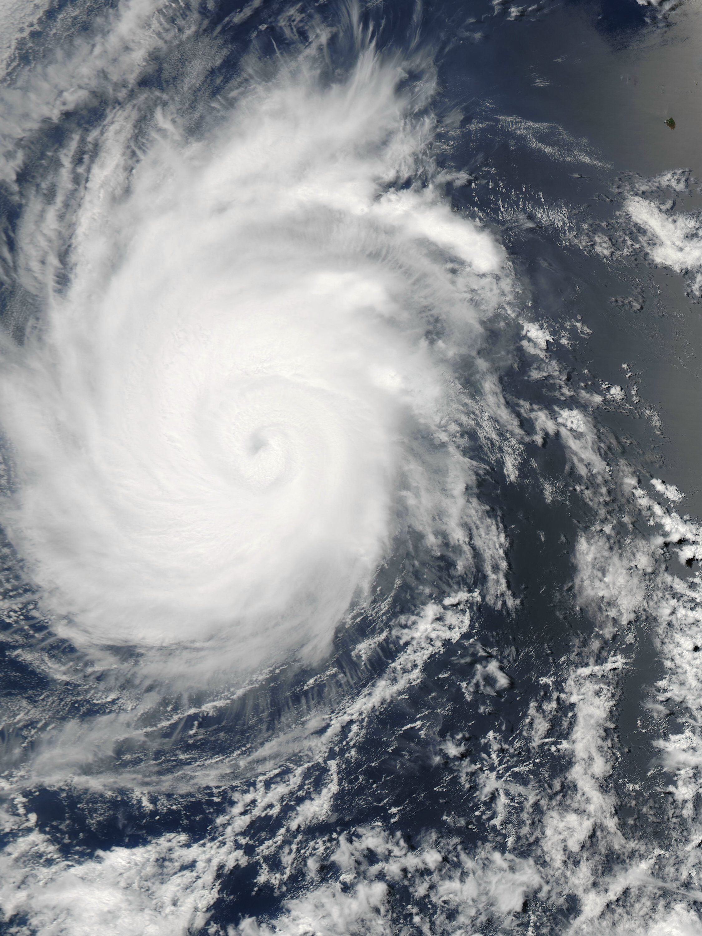 Hurricane Emilia Reached Peak Intensity Yesterday July 10 When Its Maximum Sustained Winds Hit 140 Mph 220 Kmh To Earth Images Weird World Satellite Image