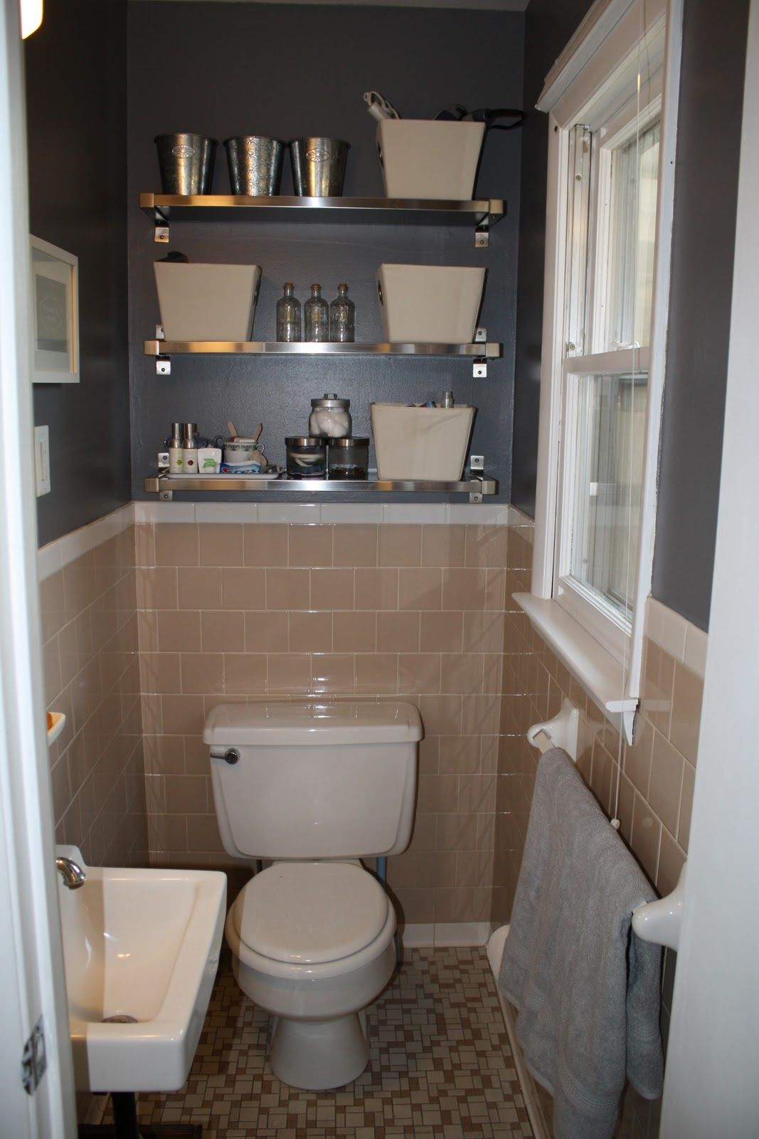 Peach tile bathroom with grey walls plus fun shiny shelves for Old tile bathroom ideas