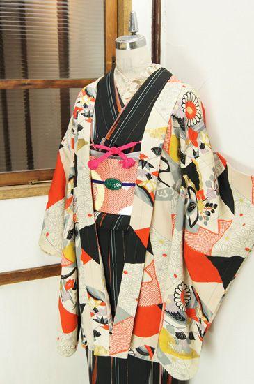 流水杜若、雲に花桐、桔梗に紅葉などの四季の草花美しいクラシカルなモチーフがモダンアートのようにアレンジされた色とりどりの花色紙が重なりあうように染め出された縮緬羽織です。