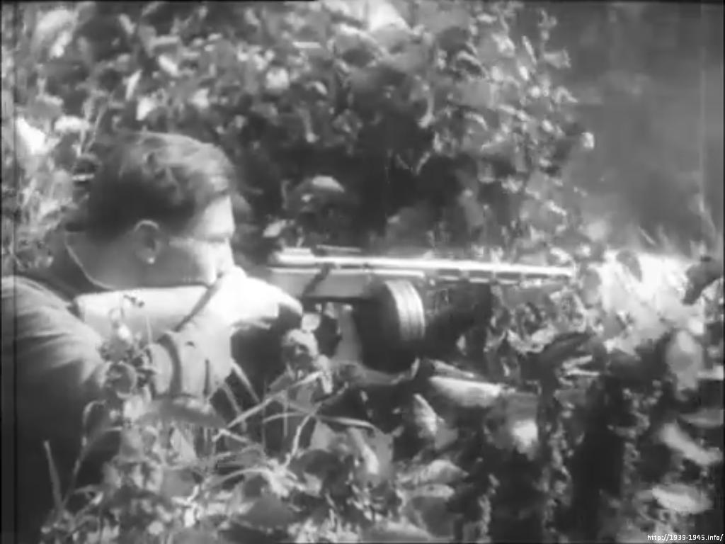 Партизан стреляет из укрытия по немецкому железнодорожному составу, Беларусь 1942-43 гг.