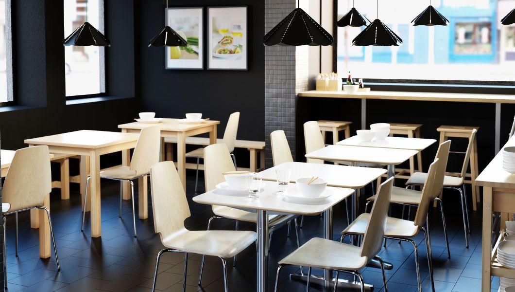 Restaurante de sushi con mesas peque as blancas y sillas de abedul y chapa de abedul - Sillas blancas ikea ...