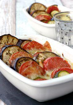 """Aus dem Kochbuch """"Pur genießen"""" hab ich euch einen Low Carb Gemüseauflauf aus Tomaten, Auberginen und Zucchini mitgebracht."""