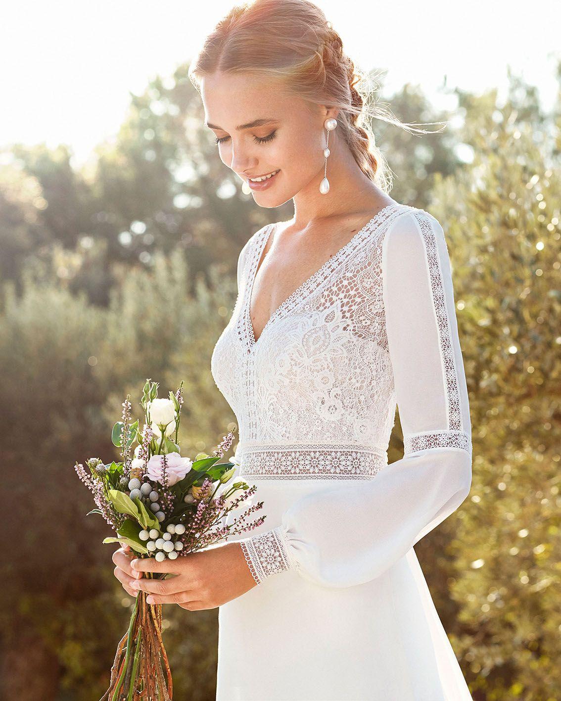Brautkleid Caimad. Schmales Boho-Brautkleid und Schleppe aus elastischem Crêpe. V-Ausschnitt vorne und am Rücken, mit langen Ärmeln. Rosa Clará Kollektion 2020. Erhältlich bei Brautmoden Tegernsee. #brautkleid #brautkleider #hochzeitskleid #hochzeitskleider #brautkleid2020 #brautkleider2020 #rosaclara #brautmodentegernsee #vintage #boho #bohostyle #boheme