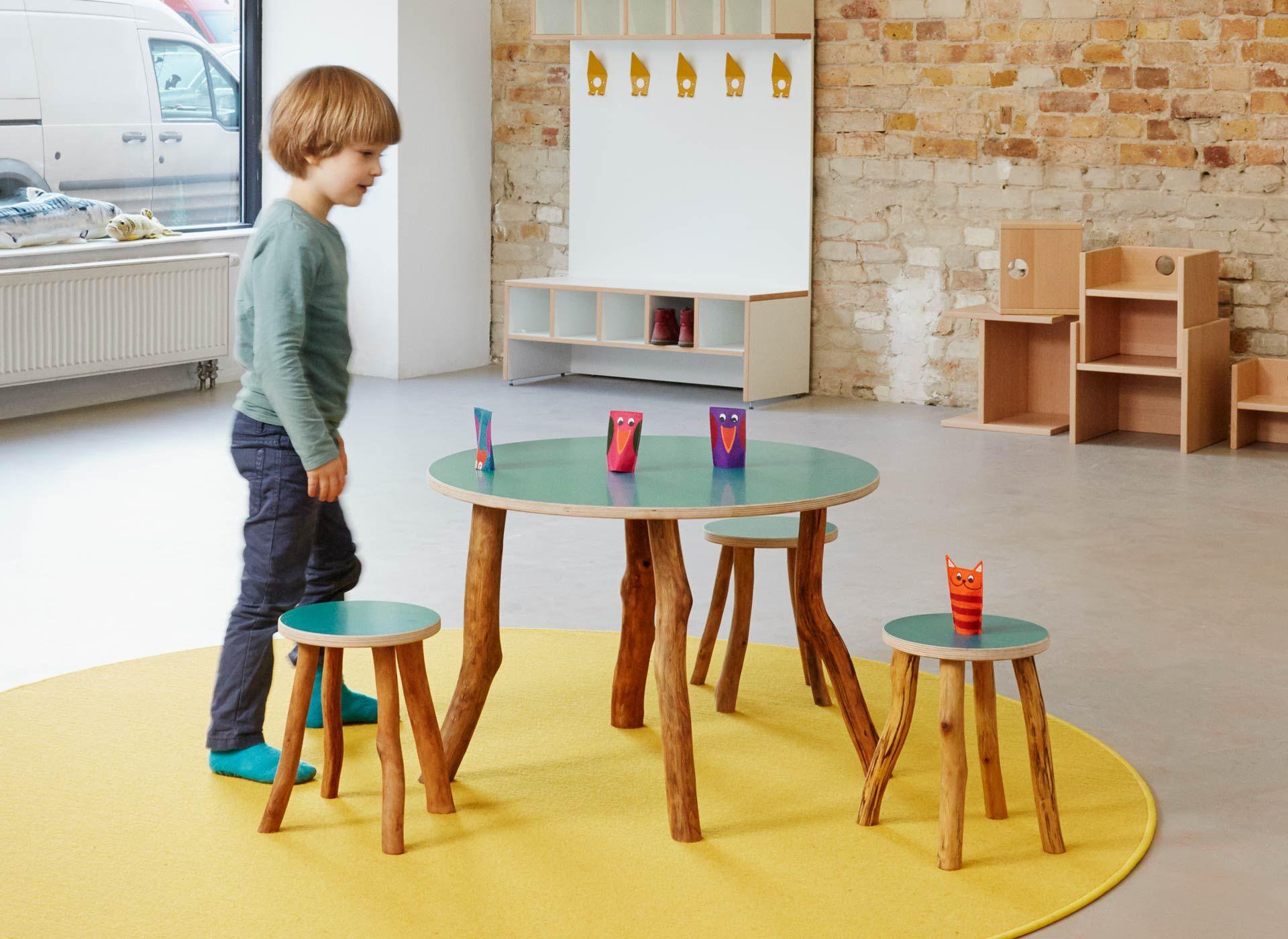 Tisch und Hocker mit Wildholz-Beinen #kindergarten #kindermoebel ...