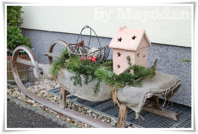 alter holzschlitten als weihnachtliche dekoration vor dem. Black Bedroom Furniture Sets. Home Design Ideas