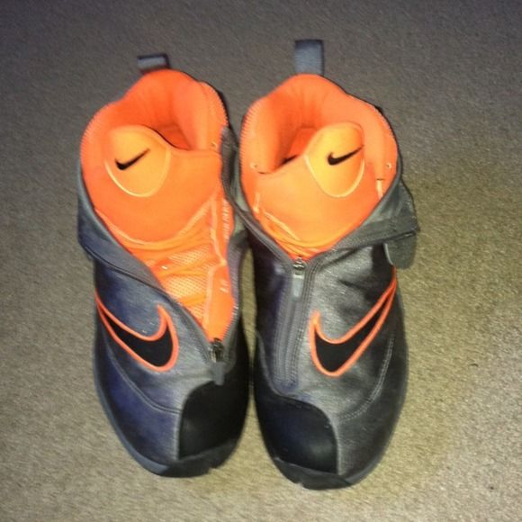 Nike the gloves Really good condition word a couple of times AUTHENTIC Nike Shoes