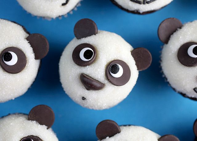 How to decorate mini chocolate cupcakes to look like pandas /from Bakerella
