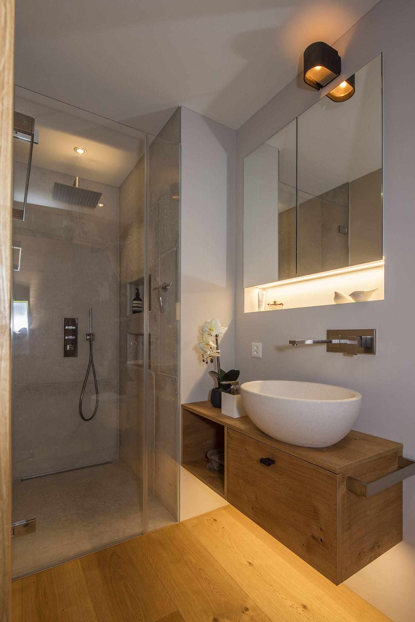 Ein Eindruckliches Hochwertig Und Modern Gestaltetes Badezimmer In Einem Exklusiven Chalet In Den Schweizer Alpen Wohnen Altholz Einrichtung Badezimmerideen