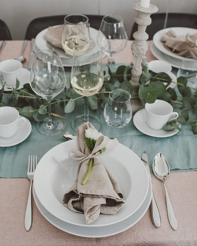 eca374ad6c5c Vitt porslin från Rörstrand och serien Swedish Grace, tillsammans med  linneservett och en vacker blomma