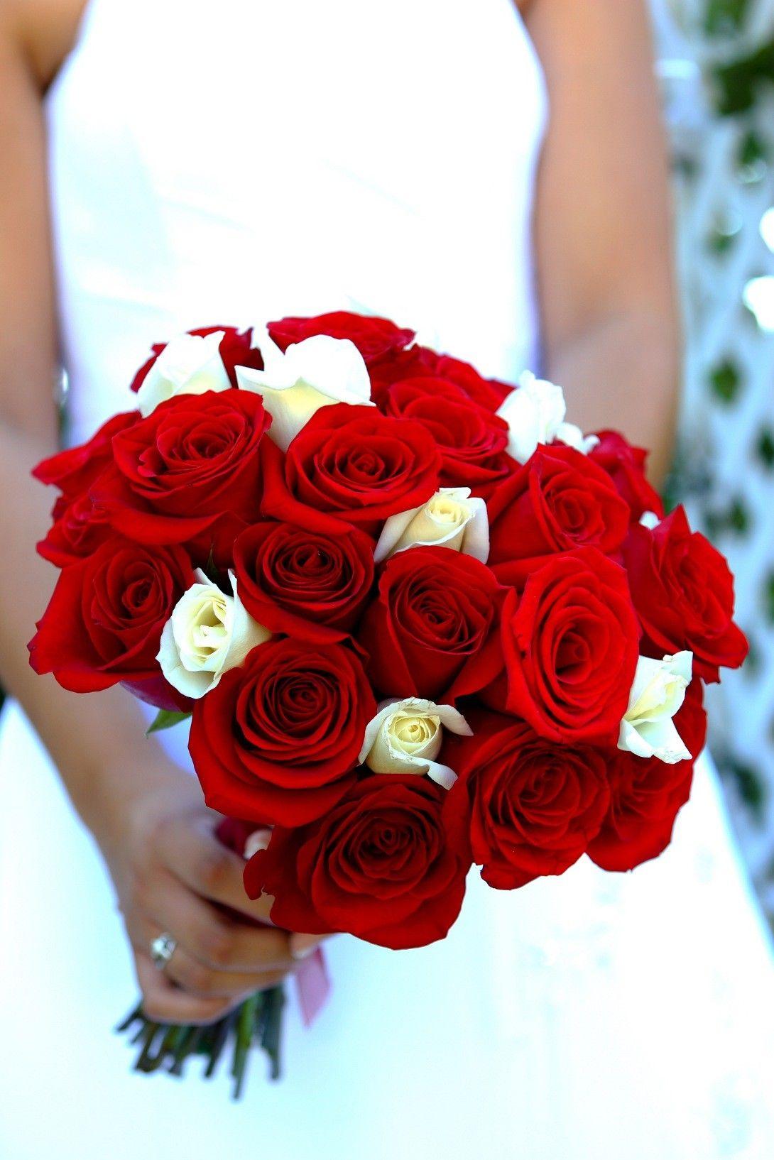 Stilvoller Brautstrauss Aus Rosen In Rot Und Weiss Hochzeit