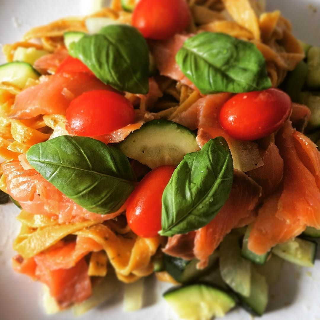 Yummi pastella vegetable strips (fresh pasta with 40% carrots) with smoked salmon pesto steamed onions and zucchini and tomatoes  #pastella #indulgingincarbs #intermittentfasting #intermitentfastingmode #intermittentfasters #thursdaymood #instafood #fitliving #realfood #getfitordietrying #healthydinner #foodwithcolors #foodwithlove by kizan_lchf