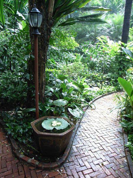 Allee de jardin dans les jardins exotique bali indonesie for Monjardin materrasse