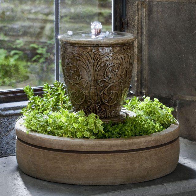 kleiner brunnen stein ideen kombination pflanzen wasser,