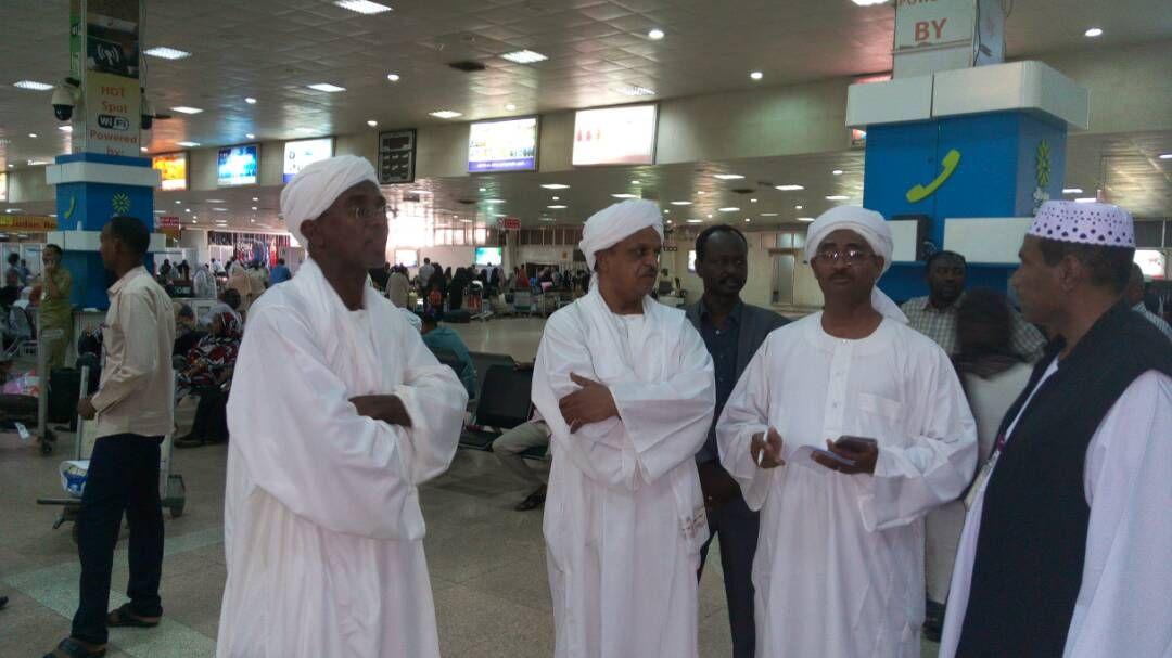 الأمين العام لجهاز المغتربين يستقبل طائرة العائدين الأولى من الرياض