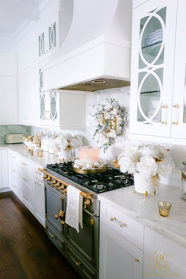 White and Gold Christmas Kitchen | Shabby chic christmas ...