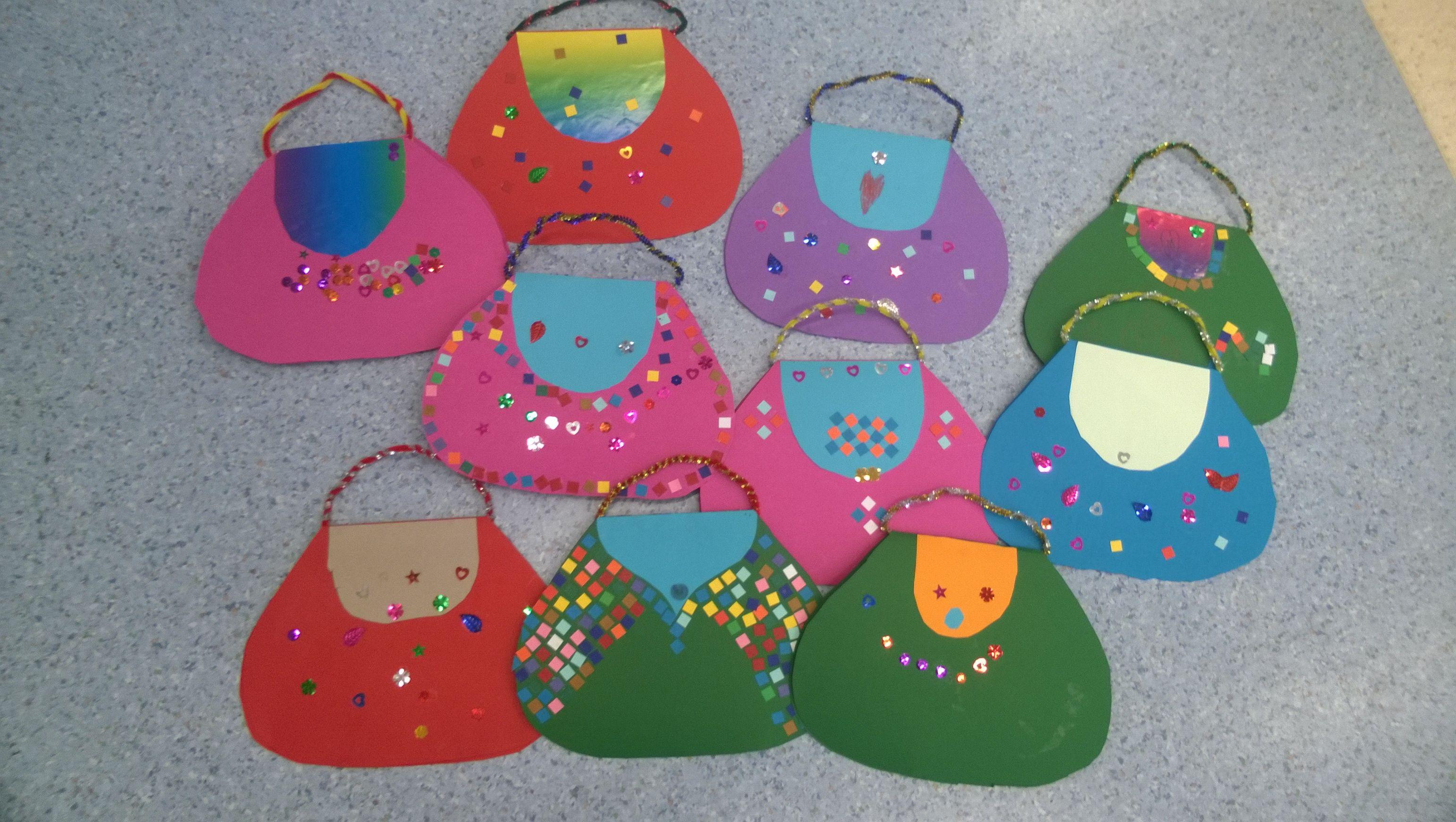 3. luokkalaisten käsilaukut äidille. Kassin sisältä löytyy jokaisen oman äidin tärkeät asiat;)