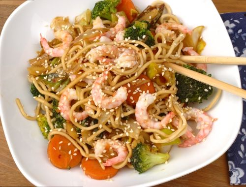vegetarisk wok med risnudlar
