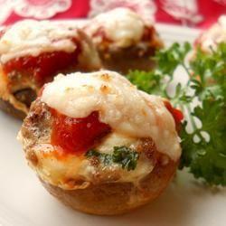 Champignones rellenos con carne picada, salsa de tomates y mozzarella
